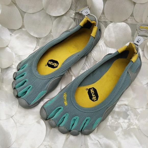 on sale 368b2 93c1d Women s Vibram Fivefingers Classic toe shoes Sz 7.  M 5b1ad8d5c2e9fe29283fd135